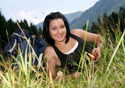 Frau-mit-Apfel-Damuels3